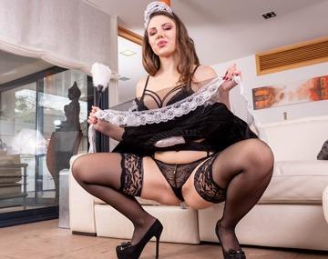 Dienstmädchen Sofia Curly gefällt Meisterin